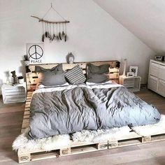 #ideasdedecoracion Bed Pallets, Diy Pallet Bed, Bed Frame Pallet, Wooden Pallet Beds, Pallet Home Decor, Diy Rustic Decor, Rustic Bedroom Design, Diy Home Decor, Pallet Sofa