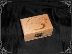 Caja con pirografía de un gato dormido...