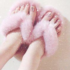 可愛すぎて外に履いて出たくなる…🤔💭 #instagood #love #favorite #roomshoes #ugg #australia #pedicure #silver #colorclub #pink #instadaily #ルームシューズ #かわいい #ふわふわ #キラキラ #ペディキュア #セルフネイル #お気に入り #オーストラリア #買ってきてもらった #ありがとう