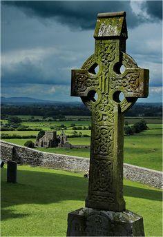 Rock of Cashel III - Carl CE Republic with Ireland in europe Tipperary Ireland, Dublin Ireland, Ireland Travel, Beautiful Castles, Beautiful Places, Visit Northern Ireland, Celtic Art, Celtic Crosses, Irish Culture