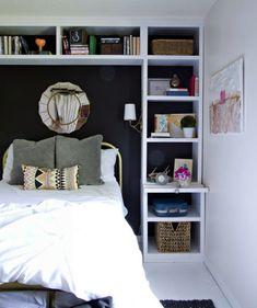 Функциональная стена в изголовье кровати.