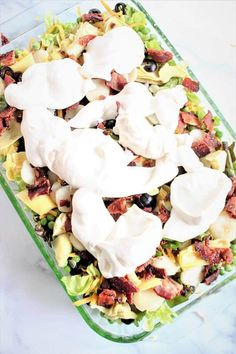 Überlagerter Salat (Layered Overnight Salad) is the perfect easy side dish to make for dinner or take to a gathering – dinner party, potluck, bbq cookout, party, or holiday meal. Taco Salad Bowls, Keto Taco Salad, Bacon Spinach Salad, Spinach Strawberry Salad, Keto Side Dishes, Side Dishes Easy, Keto Recipes, Healthy Recipes, Keto Foods