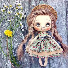 #mosfair #master_of_his_craft #handmade #cute #dolls #toys #авторскаякукла #текстильнаякукла#solutionsforlife#etsy #куклыручнойработы #цветы #красота #ярмаркамастеров Текстильная, длинноволосая, румяные щечки, все при нейземляничное платьеце летом неотъемлемый атрибут. Август, ❤ммммм лето ещё с нами.#bambola #textiledoll #artdoll #handlaget #handarbeid#sale
