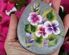Looking for some easy painted rock ideas to get inspired by? See more ideas about Rock crafts, Painted rocks and Stone crafts. Looking for some easy painted rock ideas to get inspired by? See more ideas about Rock crafts, Painted rocks and Stone crafts. Rock Painting Patterns, Rock Painting Ideas Easy, Rock Painting Designs, Pebble Painting, Pebble Art, Stone Painting, Painted Rocks Craft, Hand Painted Rocks, Painted Pebbles