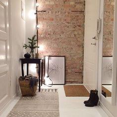 21 ideas para decorar tu recibidor con ladrillo visto - Tapeten ideen 21 ideas to decorate your hall with exposed brick . Interior Architecture, Interior And Exterior, Decoration Entree, Interior Decorating, Interior Design, Decorating Tips, Deco Design, Design Trends, Exposed Brick