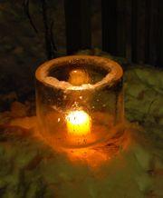 Ice lantern, is werkelijk sprookjesachtig. Emmer water en een kleinere emmer er in die je wel verzwaren moet.