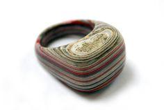 O designer de jóias Jeremy May tem feito sucesso pelo mundo ao transformar antigos livros em joias únicas feitas em camadas de papel. Conheça seu trabalho!