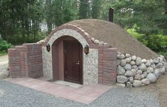 ) cellar- cute root (or wine?) cellar cute root (or wine? Underground Building, Underground Shelter, Underground Homes, Root Cellar, Wine Cellar, Cordwood Homes, Earth Bag Homes, Outdoor Kitchen Patio, Home Landscaping