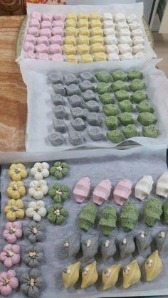 송편만들기 (속 5가지) Sweet Desserts, Dessert Recipes, Korea Cake, Korean Rice Cake, Sweet Soup, Tea Snacks, Bakery Design, Home Baking, Rice Cakes