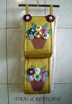 porta papel higienico de tecido - Pesquisa Google Sewing Crafts, Sewing Projects, Projects To Try, Designer Bed Sheets, Yo Yo Quilt, Plastic Bag Holders, Bathroom Crafts, Table Runner And Placemats, Applique Designs