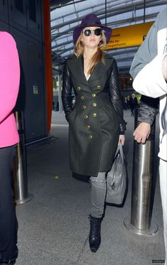 Again. The infamous hat to hide a bad plane hairday is popular among celebs.