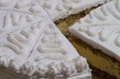 Mrkvový dort s tvarohovou náplní. V pozadí cítit chuť pomerančové kůry. Kdo by byl řekl, že mrkev v tomto dortu ani necítit ?! Výborná pochoutka!