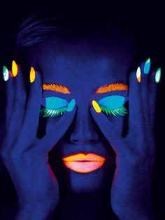 Ein Hingucker für die Party: Leuchtender Nagellack von Ciaté in knalligen Neonfarben