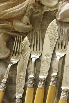 アンティークシルバーフィッシュナイフ&フォーク アイボリーハンドル 象牙 エングレービング イギリス ヴィクトリアン Silver Cutlery, Vintage Cutlery, Flatware, Vintage Silver, Antique Silver, Kitchen Essentials List, Dining Ware, Elegant Dining, Antique Glass