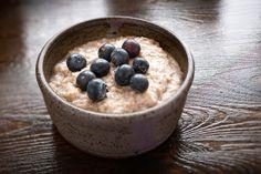 Haferflocken  Die Kombination Haferflocken plus Sojamilch gelingt sehr schnell. Idee: bereits abends ein köstliches Hafermüsli herstellen: Dazu etwa eine halbe Tasse kernige Haferflocken mit der doppelten Menge Milch nach Geschmack, zum Beispiel Kokos- oder Mandelmilch, in eine Schale geben und bei Bedarf mit etwas Honig und Zimt süßen. Je zwei Teelöffel Chia-Samen, Mandelsplitter sowie 150 Gramm Naturjoghurt dazugeben und nach Belieben mit tiefgefrorenen Beeren garnieren.