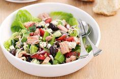 H αγαπημένη μας σαλάτα μπορεί με τις κατάλληλες προσθήκες να  εξελιχθεί σε ένα υγιεινό, χορταστικό, πλήρες γεύμα, που δεν χρειάζεται  ούτε να «συνοδεύσει» αλλά ούτε και να «συνοδευτεί» από κάτι άλλο στο  τραπέζι μας.                  Οι σαλάτες είναι μια ιδανική