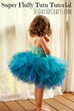 Learn how to make a super fluffy no sew tutu. The peacock tutu can be made for a. - Diy - Learn how to make a super fluffy no sew tutu. The peacock tutu can be made for any size. Easy Sewing Projects, Sewing Projects For Beginners, Tulle Projects, Sewing For Kids, Diy For Kids, Tutu Bleu, Tutu En Tulle, Tulle Poms, Peacock Tutu