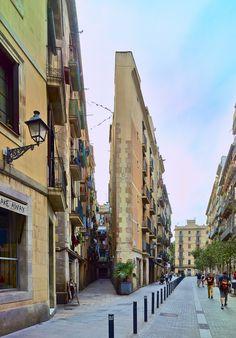 """Nuestro """"Flatiron"""" autóctono. Building at Carrer del Triangle and Carrer del Rec, El Born, Barcelona"""