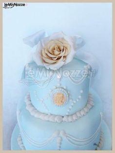 http://www.lemienozze.it/gallerie/torte-nuziali-foto/img34460.html Torta nuziale celeste con applicazione di rose color rosa