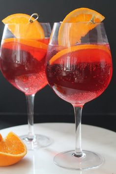 Recipe for a drink with Martini Fiero and Tonic water. It is garnished with fresh oranges. It is very refreshing and perfect on warm summer days. If you love an Aperol spritz, you will also enjoy this one. Wine Drinks, Cold Drinks, Yummy Drinks, Alcoholic Drinks, Cocktails, Cocktail Drinks, Cocktail Recipes, Mojito Drink, Smoothie Drinks