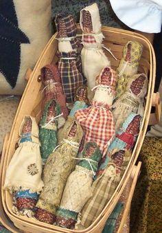 Corn Cob Dolls with hand stitched clothes Primitive Fall, Primitive Crafts, Primitive Christmas, Christmas Items, Handmade Christmas, Farm Crafts, Camping Crafts, Laura Ingalls Wilder, Bird Nest Craft