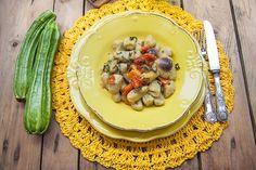 Gnocchi di zucchine con burro, salvia all'ananas e pomodorini rossi, gialli e neri