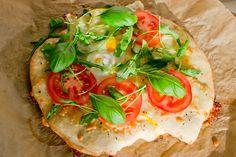 Breakfastpizza with tomato, eggs and basil