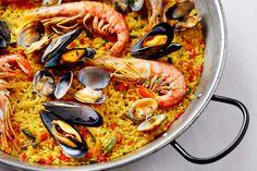 Ob mit Hähnchen, Kaninchen oder wie hier mit Meeresfrüchten: Paella ist einfach wunderbar! http://einfach-schnell-gesund-kochen.de/meeresfruechte-paella/