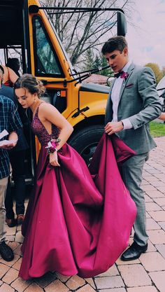 Dude looks so overwhelmed Cute Prom Dresses, Prom Outfits, Grad Dresses, Mode Outfits, Pretty Dresses, Homecoming Dresses, Beautiful Dresses, Formal Dresses, School Dance Dresses