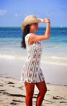 O ponto abacaxi é um velho conhecido de quem já trabalha com as agulhas de crochê. O ponto forma um desenho que lembra um abacaxi, e que pode ser usado como um detalhe da peça e misturado a outros pontos simples, ou como base para toda a roupa de praia. O chapeu completa o look praia.