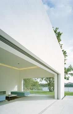 In the case of the Swedish Villa M2, the glass façade of the detached house can disappear completely into the masonry, thus opening the living room out onto the patio.