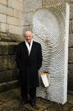 Eduardo Lourenço encontrou a sua impressão digital na escultura de Paulo Neves que se encontra à porta do Museu Alberto Sampaio, em Guimarães.    A obra de arte foi oferecida, há quatro anos, à cidade que acolhe em 2012 a Capital Europeia da Cultura pelo vencedor do euromilhões Paulo Pereira.