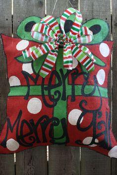 33 Super Ideas For Painted Burlap Door Hangers Tutorial Burlap Projects, Burlap Crafts, Wreath Crafts, Burlap Wreaths, Burlap Decorations, Diy Crafts, Wooden Crafts, Wreath Ideas, Holiday Decorations