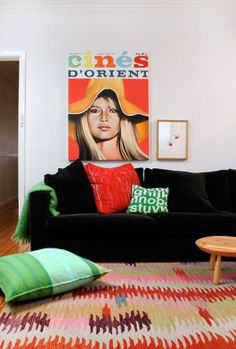 Add a large vintage print and a bright run for an instantly cool look. #vintageposter #rug #livingroom