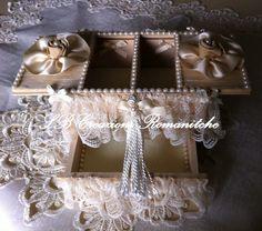 Bauletto portagioie in legno con apertura scorrevole e cassettino nella parte inferiore, il tutto decorato con pizzi e nastri nei toni dell'avorio.Internamente rivestito con feltro e perle.
