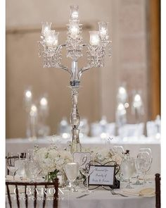 This simple centerpiece looks so elegant and chic! Thanks @cbaronphoto for sharing!