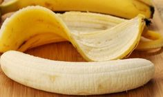Bananas are one of the most widely consumed fruits in the world for good reason. The curved yellow fruit packs a big nutritional punch, wrapped in its own convenient packaging. Some scientists believe that the banana Time To Eat, Have Time, Healthy Foods To Eat, Healthy Recipes, Sore Throat And Cough, Acide Aminé, Lose 15 Pounds, One Banana, Health Tips