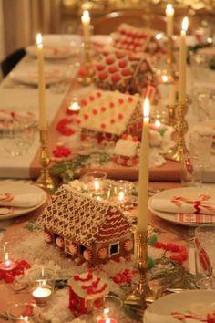 Het desert staat al op de kerst tafel met peperkoekhuisjes  Sweet table decor with gingerbread houses