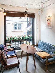 주택 개조 카페빈티지 디자인 카페 제주도 방언으로 느릿느릿이라는 뜻의상수동에 위치한 한적한 카페에요 ... Cafe Interior Vintage, Small Cafe Design, Coffee Shop Design, Sweet Home, Room Decor, Interior Design, Inspiration, House, Furniture