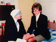 """February 19, 1992: Princess Diana visiting Mother Teresa at the Sisters Of Charity in Rome. She was greeted in the courtyard by 70 nuns who had chalked a welcome message on blackboard saying """"Welcome dearest Princess"""""""