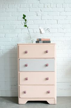 "Foto ""pinnata"" dalla nostra lettrice Gemma. Peach and gray chest with owl knobs named Liesbeth etsy"