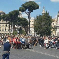 Esse é o resumo do evento de ontem! Aniversário de Roma 2017! São 2770 anos! Parabéns!!!! . #roma #italia #natalediroma2017 #natalediroma #colosseo #gruppostoricoromano #forumromano #circomassimo #igersitalia #visititalia #visitrome #visitroma #visitlazio #emroma #gladiator #gladiadores #gladiatore #roma #italy #europa #europe #historia #roman #romanos #romani