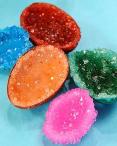 Hacer geodas de cristal de alumbre con polvo, cáscaras de huevo y pegamento.   24 Experimentos científicos que tus hijos adorarán