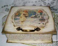 Чайная  коробка `Рождественские ангелы`. Эта работа стала призером в конкурсе   'Зимняя сказка'  Большая деревянная коробка ,выполнена в технике декупаж с объемными элементами имитации слоновой кости, внутри чистое дерево.Искусственно состарена.