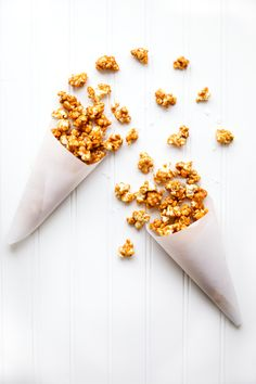 Salted Caramel Popcorn that just melts in your mouth! Coated with a sweet & salted caramel, then baked to perfection. Salted Caramel Popcorn, Caramel Corn, Salted Caramels, Date Balls, Chocolates, Broma Bakery, Homemade Crackers, Cracker Jacks, Gourmet Popcorn