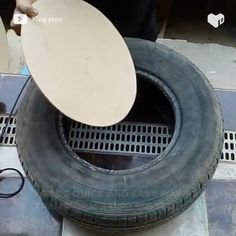 He will turn this tire into a quality chair. Diy Furniture Table, Diy Furniture Projects, Furniture Design, Diy Chair, Plywood Furniture, Modern Furniture, Diy Projects, Wooden Beer Caddy, Diy Crafts For Home Decor
