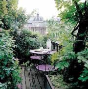 Un balcon déco romantique protégé du vis à vis par la verdure