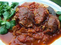 La meilleure recette de Mitonnées de joues de porc au curry et gingembre! L'essayer, c'est l'adopter! 4.4/5 (7 votes), 12 Commentaires. Ingrédients: Recette : du chef Jeannette Leiterer pour 4 pers il faut : 12 joues de porc 2 oignons moyens 2 tomates moyennes 6 gousses d'ail en chemise 2 càs de gingembre frais pelé et coupéen tous petits dés 1 petit piment 2 brindilles de thym 1 feuille de laurier 2 càs de sauce soja japonaise 1 1/2 càs de curry en poudre 25 g de beurre 4 càs d'h...
