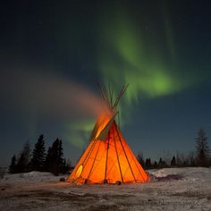 Teepee under the northern lights, Wapusk National Park, Manitoba Native American Teepee, Native American Paintings, Native American Beauty, Native American Photos, American Indian Art, Native American History, Native American Indians, Aurora Borealis, Photos Voyages