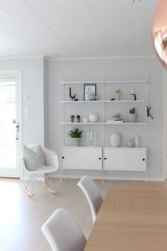 Ønsker du en stilfull minimalistisk reol, men synes det er vanskelig å style den? Her er 6 tips til hvordan du får en ryddig hylle. Interior Styling, Interior Decorating, Interior Design, Scandinavian Home, Home Decor Styles, Interior Inspiration, Home Accessories, Shelving, Minimalism